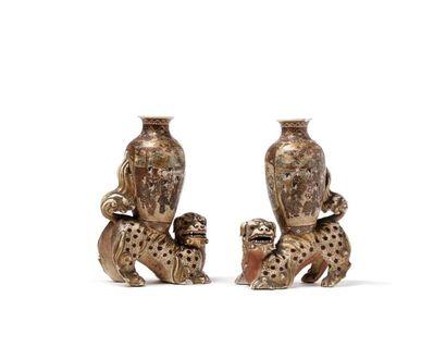 JAPON  Paire de chiens de Fo en porcelaine polychrome et or de Satsuma, soutenant...