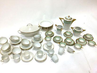 Service en porcelaine blanche et filets or comprenant une soupière couverte et 6...