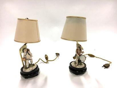 Paire de lampes avec personnage en porcelaine polychrome  H. des personnages 14...