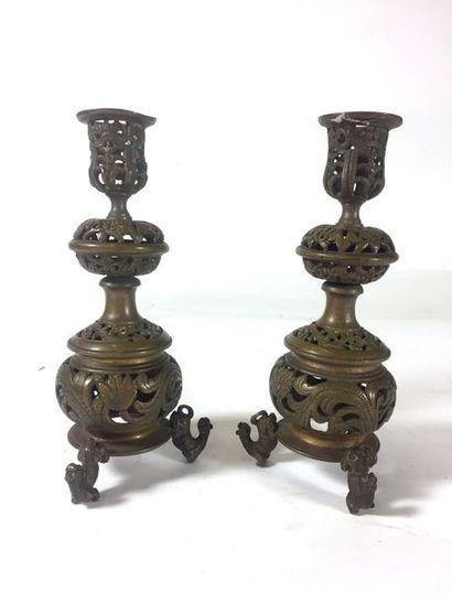 Paire de chandeliers en bronze patiné de...