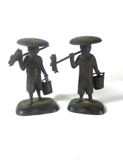 JAPON vers 1900  Paire de paysans en bronze...