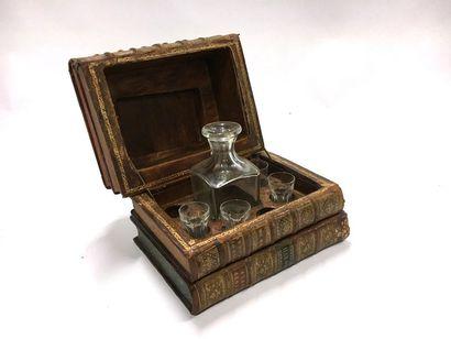 Cave à liqueur en forme de livres : une carafe sans bouchon et quatre verres Baccarat...