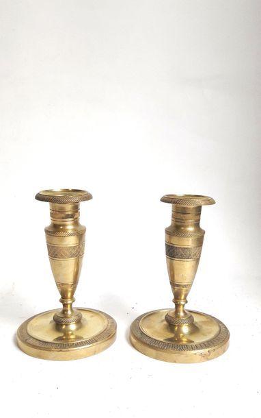 Paire de bougeoirs de toilette ou ragots en bronze ciselé et doré, le fût évasé...