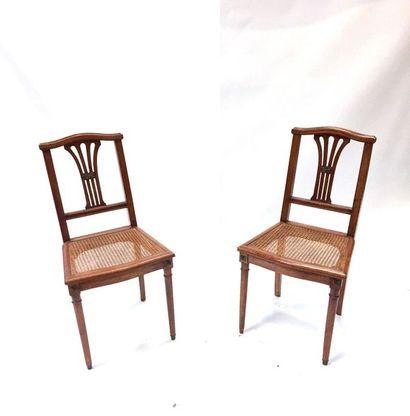 Deux chaises à dossier ajouré canné et reposant sur des pieds fuselés  Vers 1880...