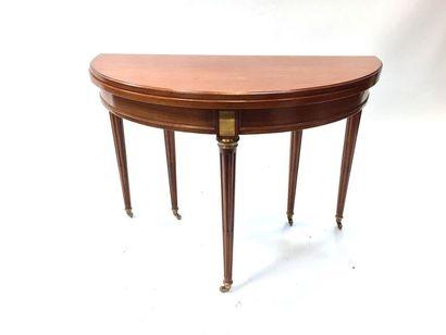 SUR DESIGNATION  Table demi-lune en acajou et placage d'acajou reposant sur cinq...