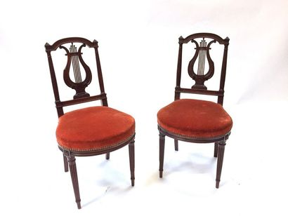 Suite de 4 chaises en bois teinté, les dossiers lyre  46,5 x 43 x 4, cm