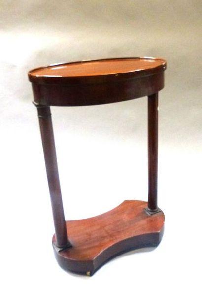 Petite table de salon de forme ovale  75 x 49 x 32 cm