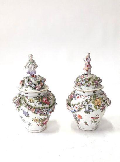 MEISSEN  Paire de vases couvert en polychrome...
