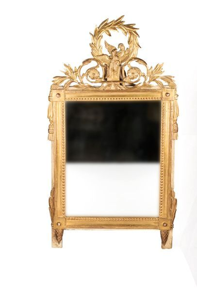 Miroir de forme rectangulaire en bois sculpté et doré surmonté d'un fronton ajouré...