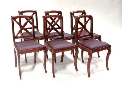 Suite de six chaises en bois teinté acajou, le dossier ajouré à décor en X et renversé,...