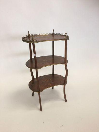 Petite table d'appoint de forme rognon à...