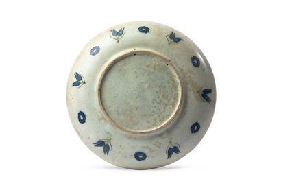 Plat d'Iznik vers 1580 de forme ronde sur un petit talon, sans marli, en céramique...