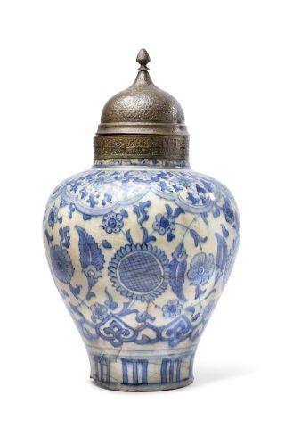 Vase couvert Qajar à panse piriforme en céramique,...