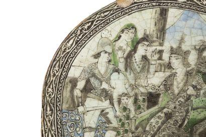 Plaque de revêtement Qajar circulaire, en céramique à décor peint d'émaux en grisaille...
