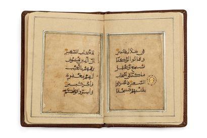 Partie de Coran en Eastern Kufi sur papier beige, de 6 feuillets, calligraphié à...