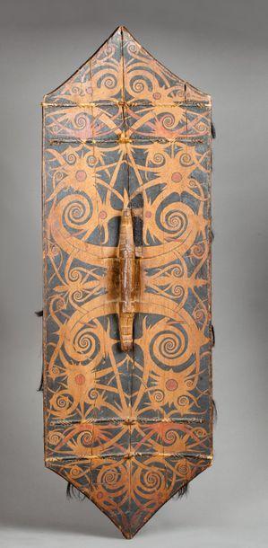 Bouclier de combat présentant un beau décor peint évoquant une figure ancestrale...