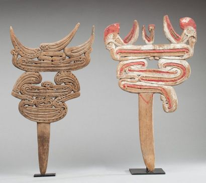 Ensemble de deux emblèmes cultuels présentant...