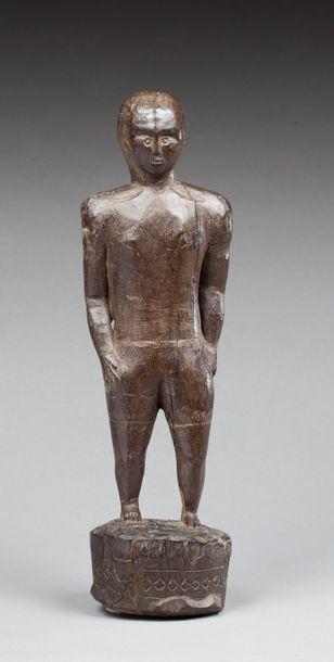 Statuette anthropomorphe présentant un chef...