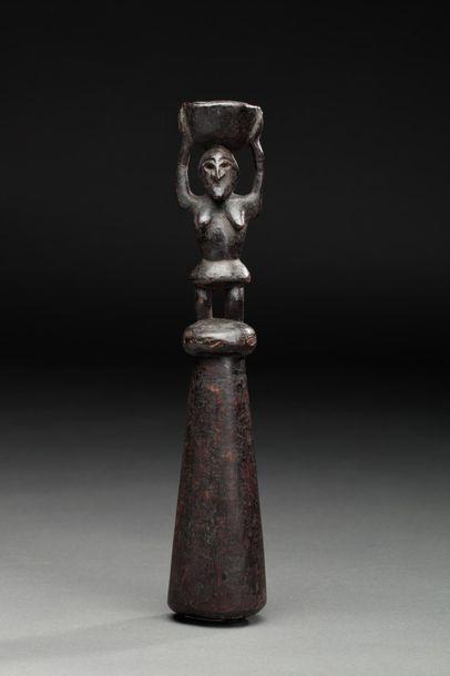 Pilon sculpté sur la partie haute d'un personnage...