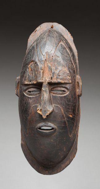 Masque de case présentant un visage ancestral,...