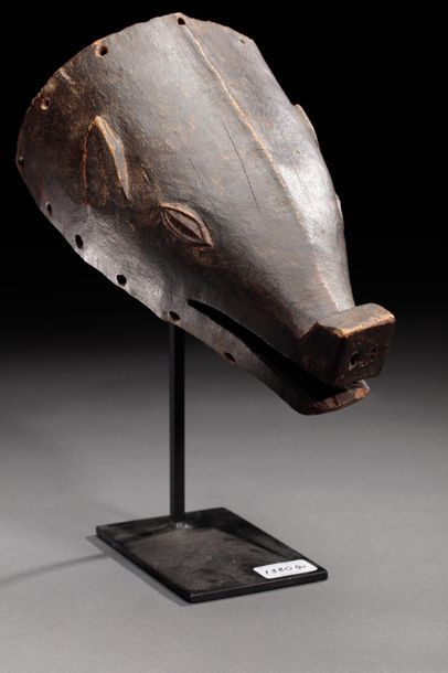 Masque de danse sculpté d'une tête de cochon...