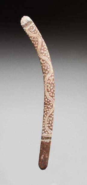 Boomerang de cérémonie à décor serpentiforme et en pointillés évoquant des rites...