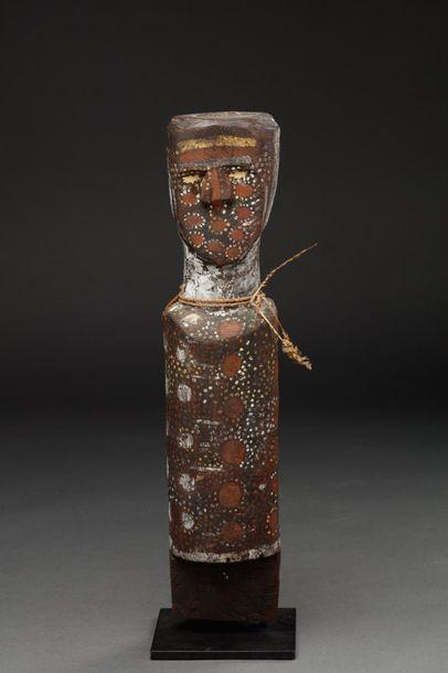 Poteau cultuel présentant un buste ancestral, le corps et le visage agrémenté de...