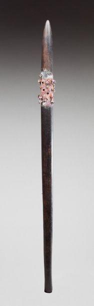 Rare massue de combat enrichie de clous en fer forgé.  Bois d'eucalyptus, ancienne...