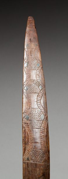 Bouclier pare-flèche agrémenté sur une face d'un décor symbolique incisé.  Bois,...