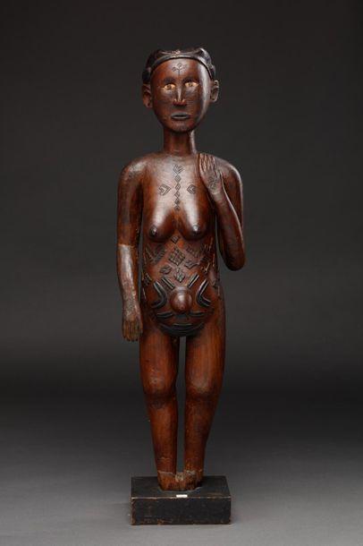 Statue féminine présentant un personnage...