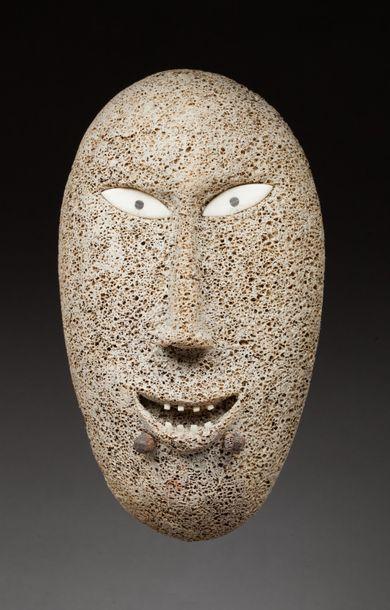 Masque applique présentant une tête ancestrale...