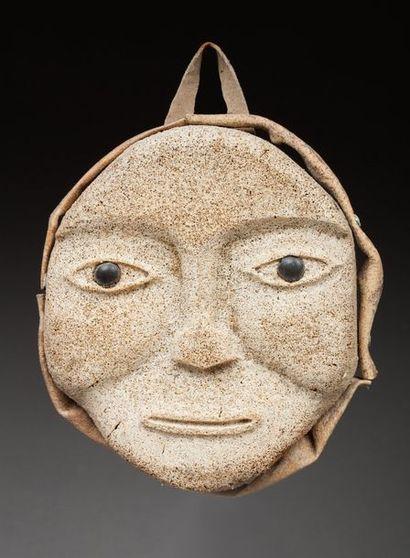 Masque applique présentant un visage à l'expression...