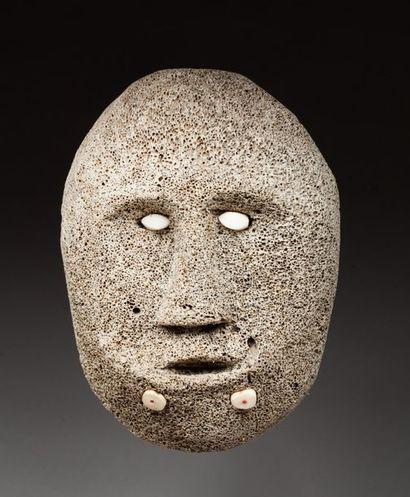 Masque de case présentant un visage avec ornement labial, les yeux incrustés de...
