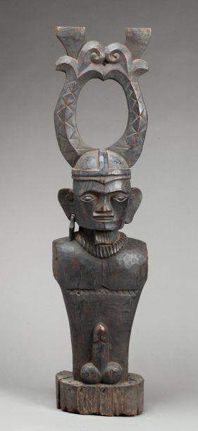 Statue présentant un buste itiphallique destiné...