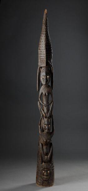 Totem tribal à deux personnages l'un sur...