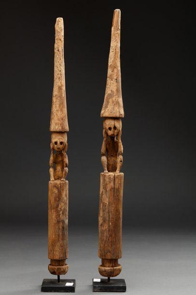Ensemble de deux statues cultuelles à personnage accroupis.  Bois érodé.  Début...