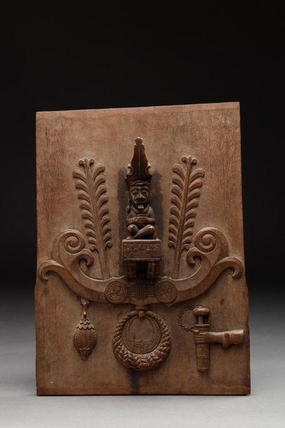 Porte de grenier sculptée à la figure d'un chef assis.  Bois à patine miel et brune....