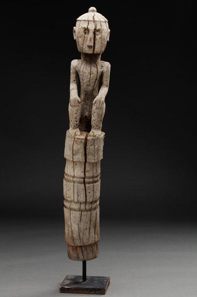 Statue présentant un personnage accroupi....