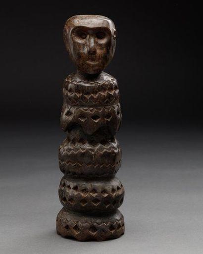 Petit totem avec tête d'ancêtre.  Bois à patine brune.  Dans le style de Timor,...