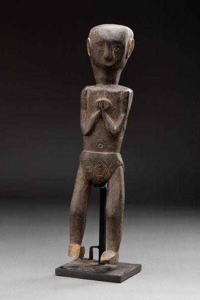 Statue présentant un ancêtre portant un pagne...