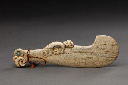 Patu sculpté d'un tiki aux belles formes...