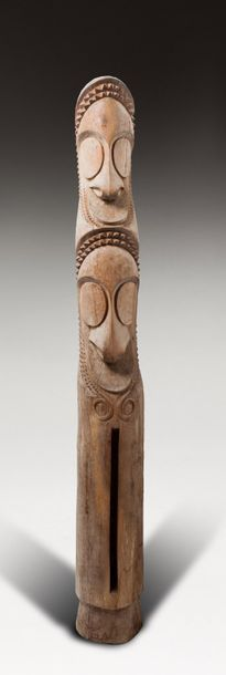 Tambour d'Ambrym pour les cérémonies qui rythment la vie religieuse du clan, sculpté...