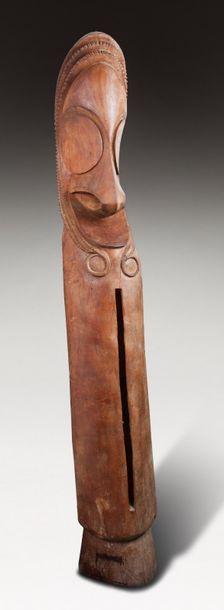 Tambour de cérémonie qui rythment la vie religieuse du clan. Il présente une tête...
