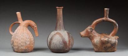 Vase étrier présentant un lama transportant...