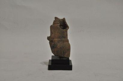 Buste de dignitaire portant ceinture et amulette...