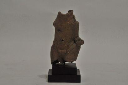 Buste de dignitaire portant ceinture et amulette autour de la taille.  Terre cuite...