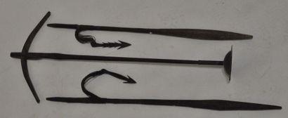Ensemble de deux harpons en bois et fer forgé...