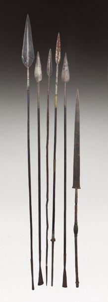 Ensemble de cinq anciennes lances en fer...