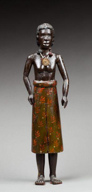 Statuette présentant une jeune femme debout...