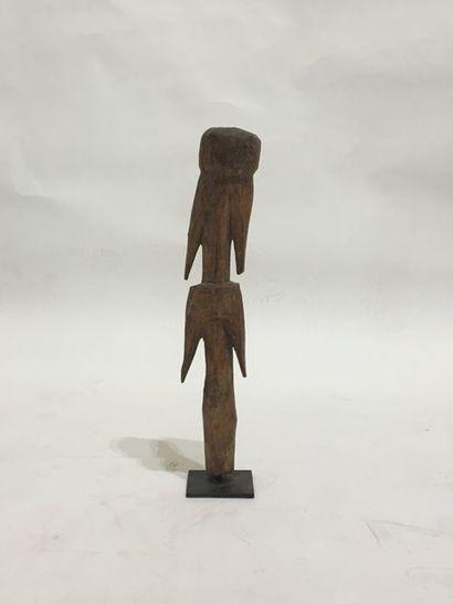Poteau cultuel sculpté d'un personnage aux...